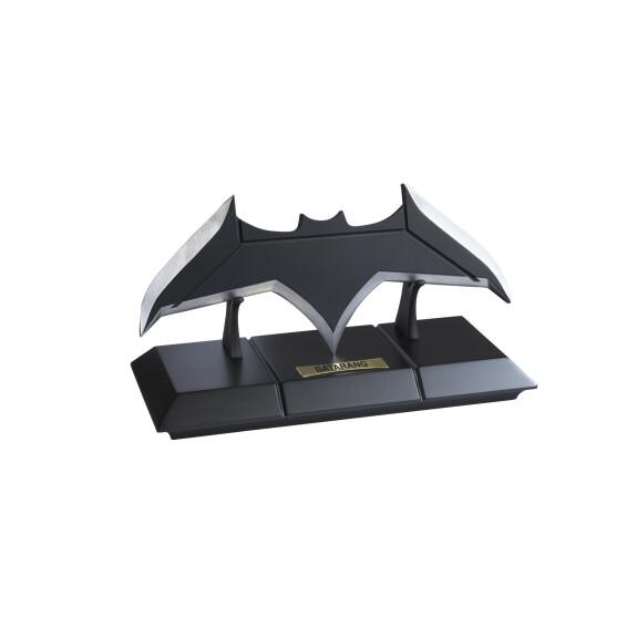 Batarang de Batman en métal noir et socle de présentation Justice League