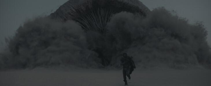 Paul Atreides (Timothée Chalamet) face à un ver de sables (Shai-Hulud)