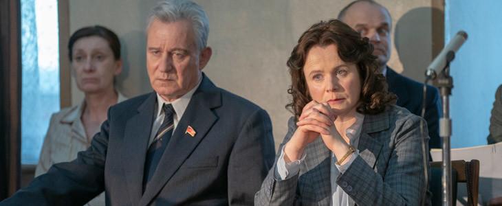 Stellan Skarsgård et Emily Watson dans la mini-série Chernobyl