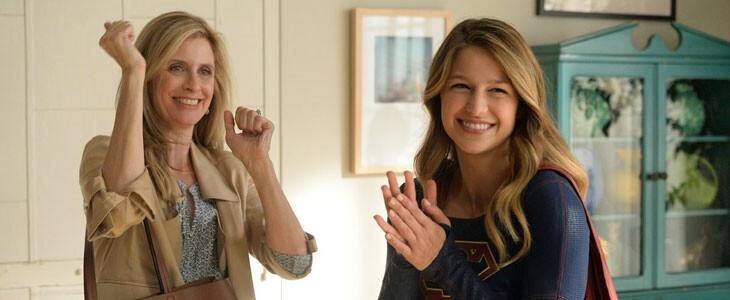 Kara Danvers alias Supergirl avec sa mère adoptive Eliza
