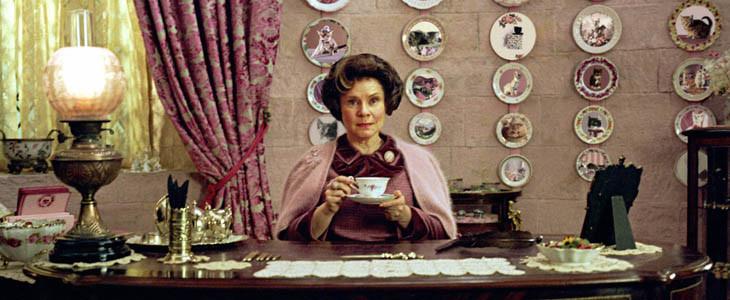Dolores Ombrage dans son bureau au Ministère de la Magie