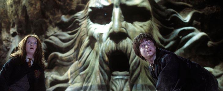 Ginny Weasley et Harry Potter devant la statue de Salazar Serpentard
