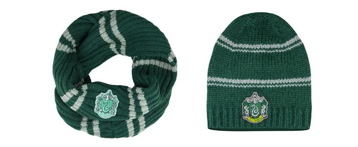 Retrouvez cette écharpe et ce bonnet Serpentard sur la boutique officielle.