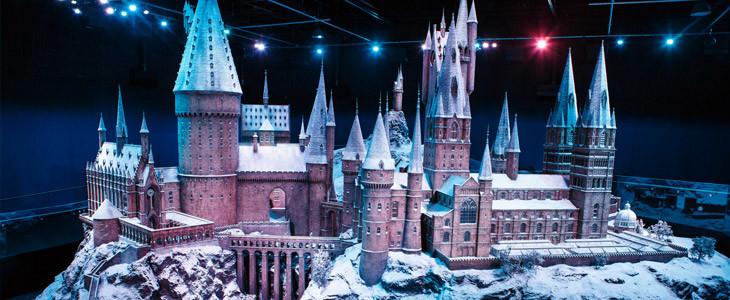 La maquette du château de Poudlard au Studio Tour Harry Potter décorée pour Noël