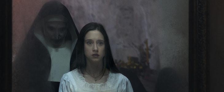 Taïssa Farmiga et Valak dans La Nonne
