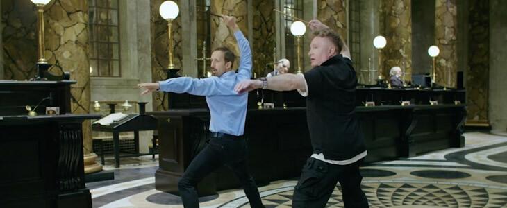 Suivez la leçon de combat de baguette magique du chorégraphe Paul Harris.