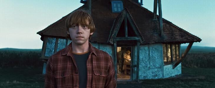 Rupert Grint devant la maison des Weasley
