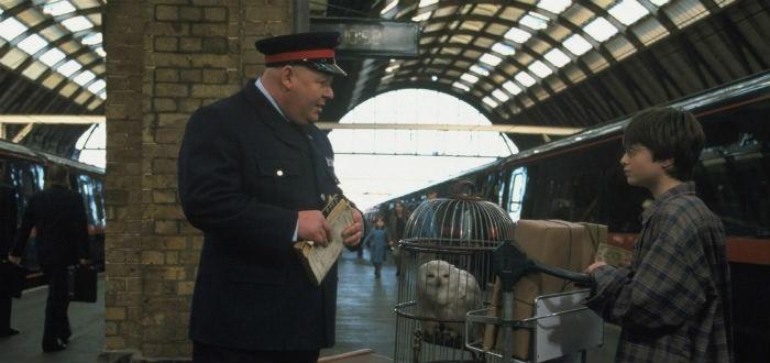 Harry Potter s'apprête à prendre le Poudlard Express