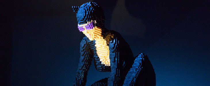 Catwoman dans The Art of the Brick© : DC Super Heroes