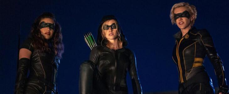 Katherine McNamara et Katie Cassidy dans la série Arrow