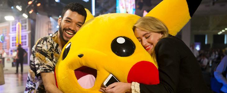 Justice Smith et Kathryn Newton dans Pokémon Détective Pikachu