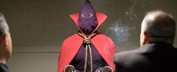Qui se cache sous la cagoule du Juge Masqué (Hooded Justice) ?