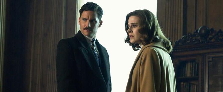 Ben Aldridge et Emma Paetz dans la première saison de Pennyworth.