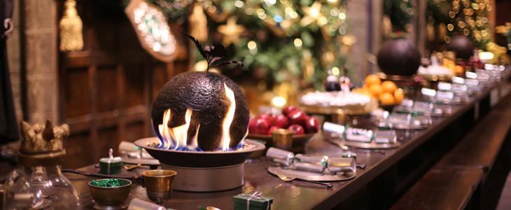 Les tables de la Grande Salle du Studio Tour Harry Potter décorées pour Noël